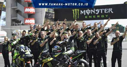 Tim-dan-pebalap-Monster-Yamaha-Tech-3-bergaya-Z-Style-di-sirkuit-Le-Mans